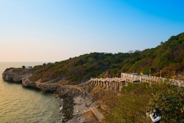 Paisagem bonita em koh sichang thailand, mar azul, céu azul, montanha verde, ilha de sichang, fundo da paisagem, conceito do turista.