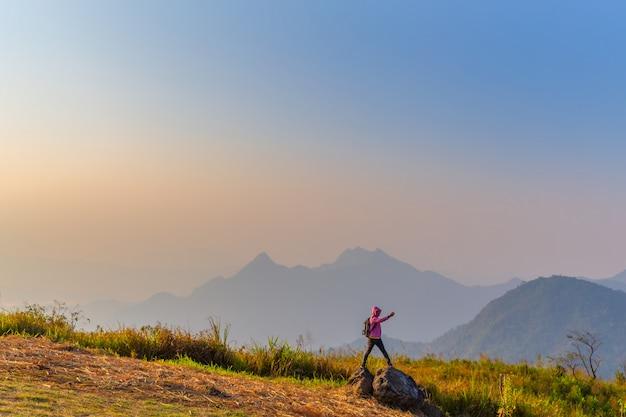 Paisagem bonita na manhã do parque nacional de phu chi fa chiang rai, tailândia