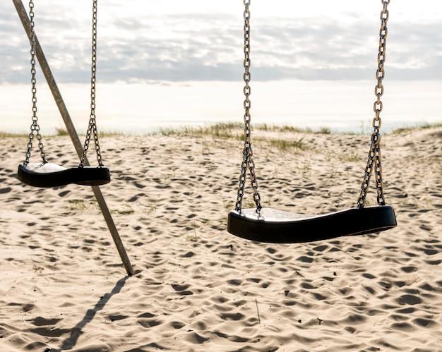 Paisagem bonita praia com balanços