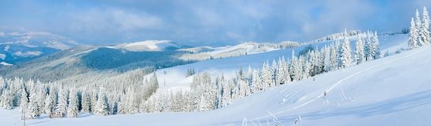 Paisagem calma do panorama da montanha do inverno com galpões e cume do monte atrás (montagem kukol, montanhas dos cárpatos, ucrânia). oito tiros costuram a imagem.