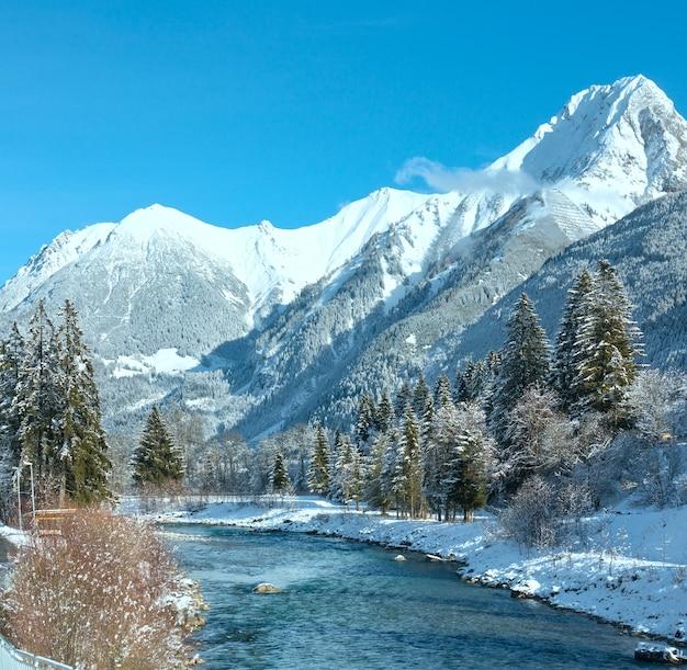 Paisagem campestre de inverno com montanhas e rio (áustria, tirol, vila de haselgehr)