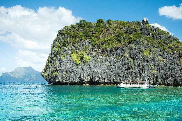 Paisagem cênica com baía e ilhas de montanha, el nido, palawan, filipinas