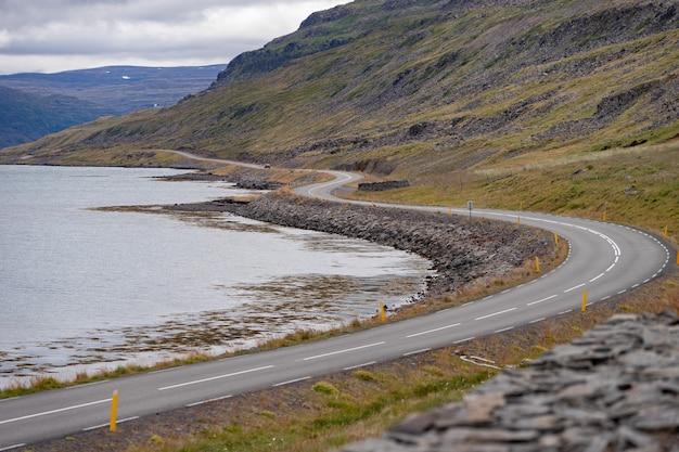 Paisagem cênica com bela estrada, fiorde e litoral da islândia, westfjord.
