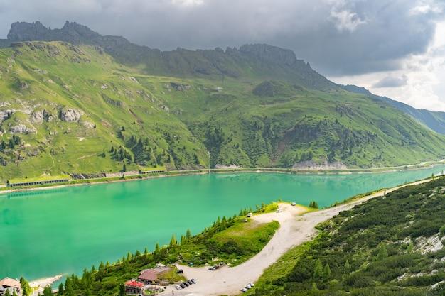 Paisagem cênica com lago e colina verde nos alpes