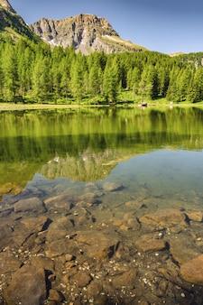 Paisagem cênica com montanha, floresta e lago