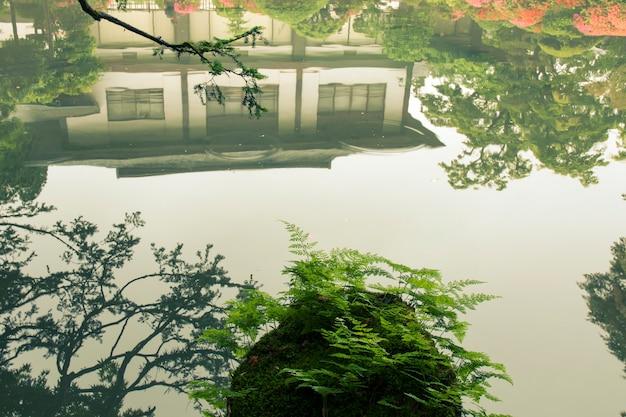 Paisagem cênica com reflexo no lago zen japonês