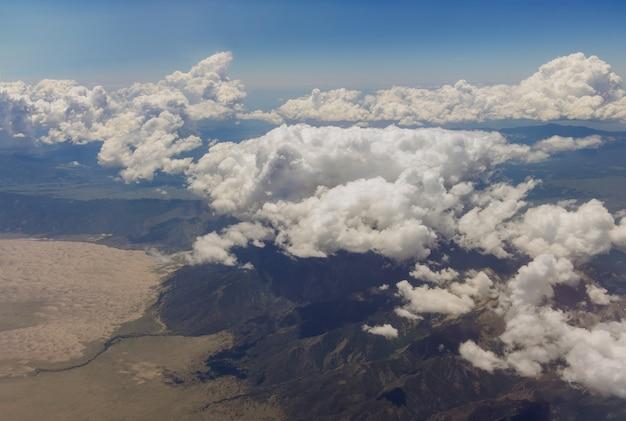 Paisagem cênica da montanha do arizona com nuvens claras e fofas na cordilheira do avião nos eua