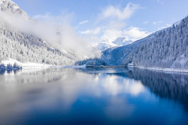 Paisagem cênica de montanhas cobertas de neve e um lago cristalino na suíça