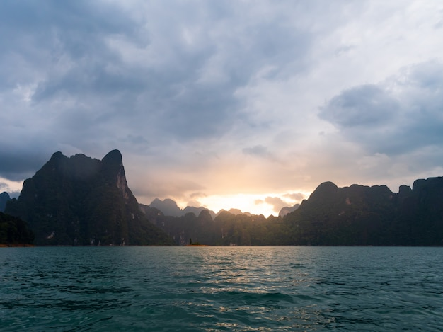 Paisagem cênica de vista para o barco no grande rio e barragem de reservatório com floresta de montanha e natureza