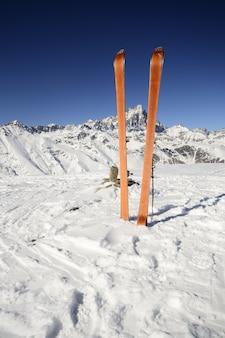 Paisagem cênico do inverno nos cumes italianos com neve. esquie no topo da montanha.