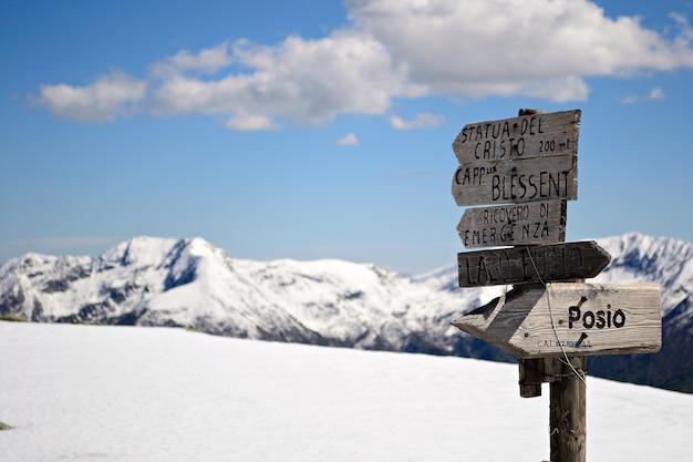 Paisagem cênico do inverno nos cumes italianos com neve. singpost da trilha