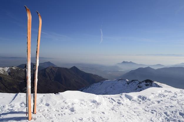 Paisagem cênico do inverno nos cumes italianos com neve.