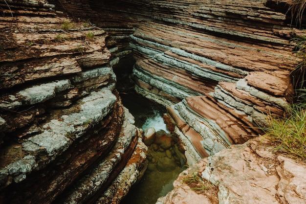 Paisagem cheia de formações rochosas