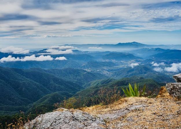 Paisagem clara com montanhas e nuvens em um dia frio