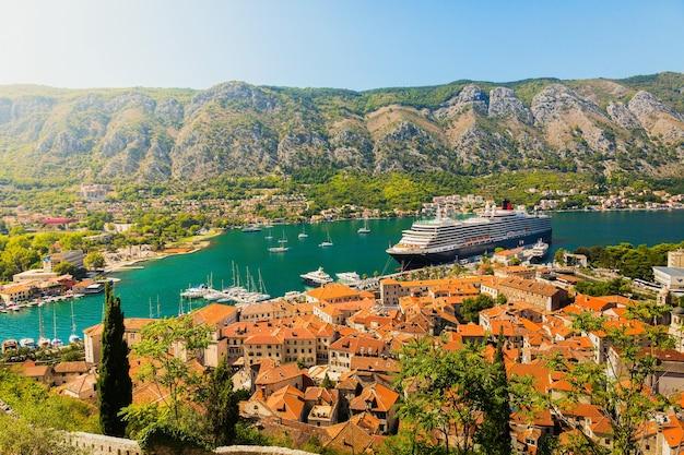 Paisagem colorida com barcos e iates na baía da marina, mar, montanhas, céu azul. vista superior da baía de kotor, montenegro