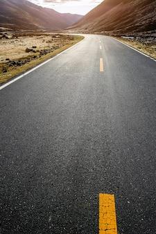 Paisagem colorida com estrada de montanha bonita com um asfalto perfeito.