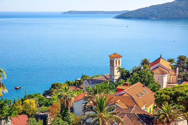 Paisagem com a cidade de herceg novi na costa da baía de kotor, em montenegro