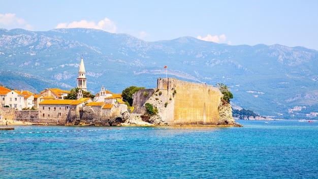 Paisagem com a cidade velha de budva em montenegro