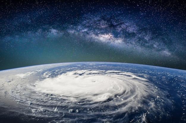 Paisagem com a galáxia da via láctea. terra vista do espaço.