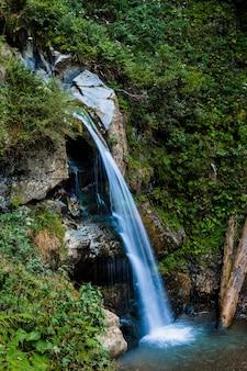 Paisagem com água doce fluindo de cachoeira nas montanhas