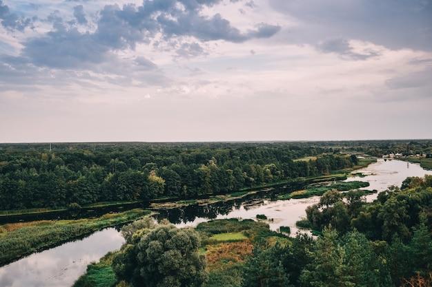 Paisagem com árvores e rio