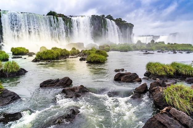 Paisagem com as cataratas do iguaçu na argentina, uma das maiores cachoeiras do mundo.