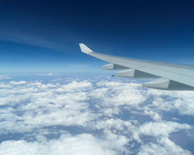 Paisagem com asa de avião e céu com nuvens