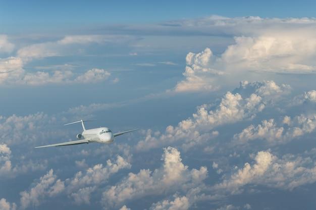 Paisagem com avião comercial voando acima das nuvens. avião de passageiros