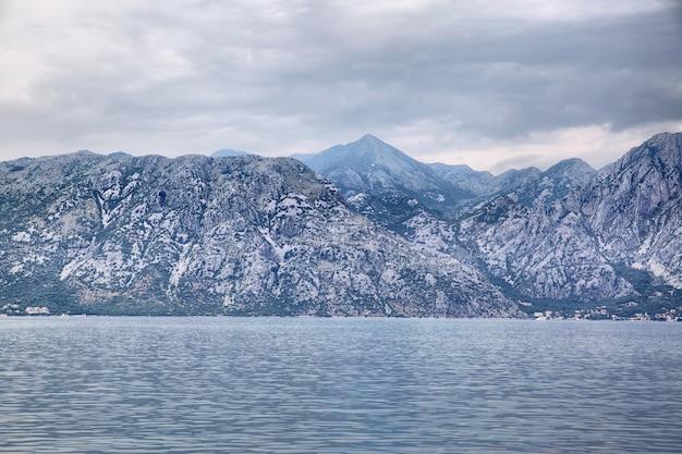 Paisagem com baía de kotor e montanhas em montenegro. imagem tonificada