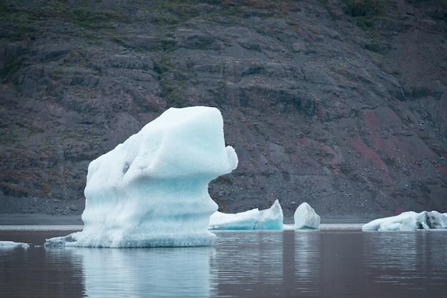Paisagem com blocos de gelo no lago glacial fjallsarlon