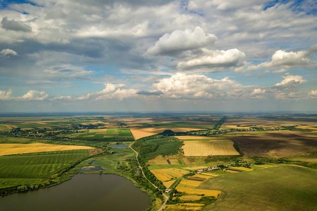 Paisagem com campo agrícola e céu azul com nuvens brancas
