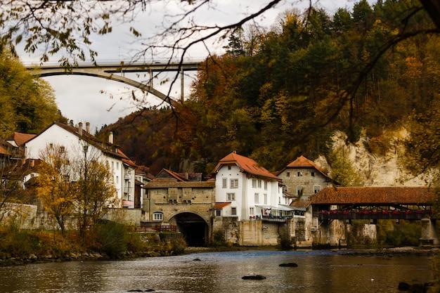 Paisagem com casas medievais históricas em friburg, suíça