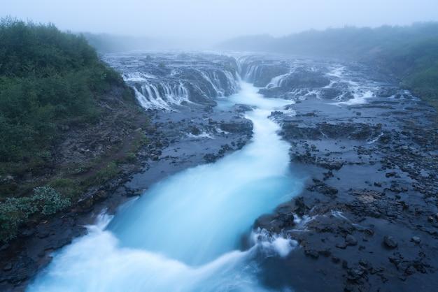 Paisagem com cascata bruarfoss na islândia