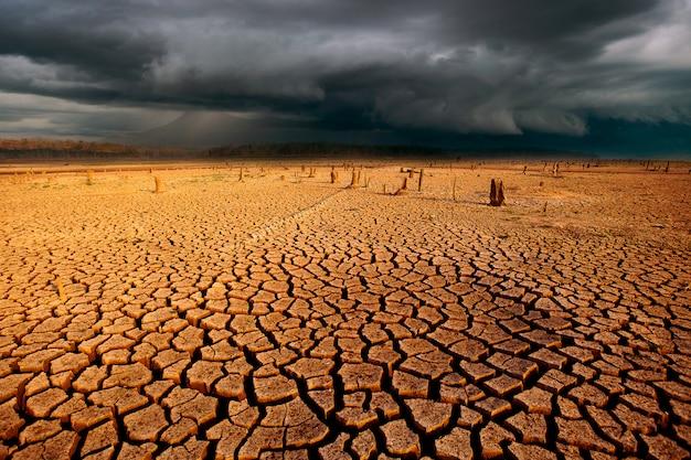 Paisagem com céu tempestade de trovões e terra seca rachada