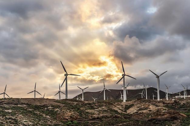 Paisagem com energia verde da turbina que gera a eletricidade, moinhos de vento para a produção da energia elétrica.