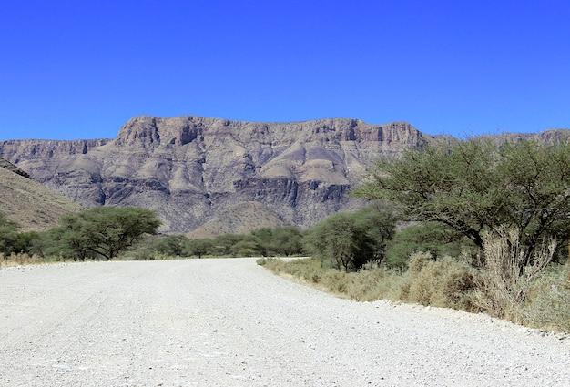Paisagem com estrada de cascalho na namíbia na áfrica