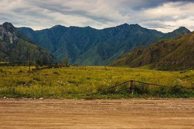 Paisagem com estrada nas montanhas
