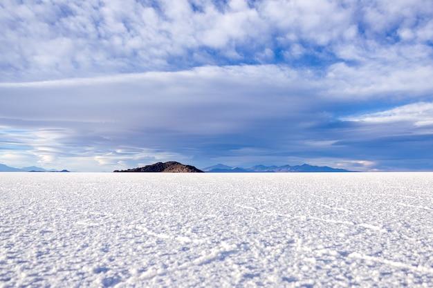 Paisagem com extensão de pântano salgado com formações hexagonais de sal