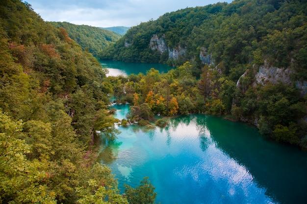 Paisagem com floresta e lago turquesa no parque nacional dos lagos plitvice, na croácia