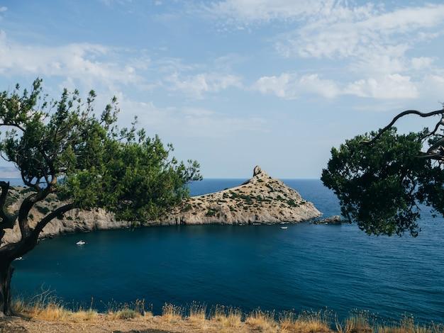 Paisagem com mar e montanhas com céu azul no verão