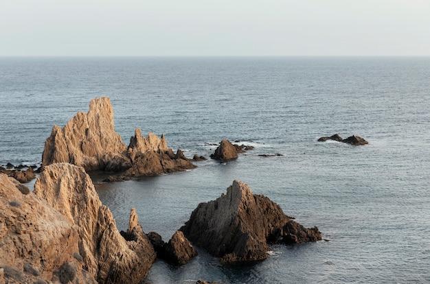 Paisagem com mar e rochas