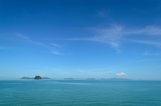 Paisagem com mar sob o céu azul de manhã.