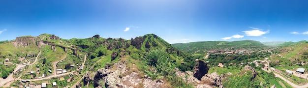 Paisagem com montanhas verdes