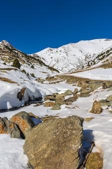 Paisagem com neve e rios nas pirineus