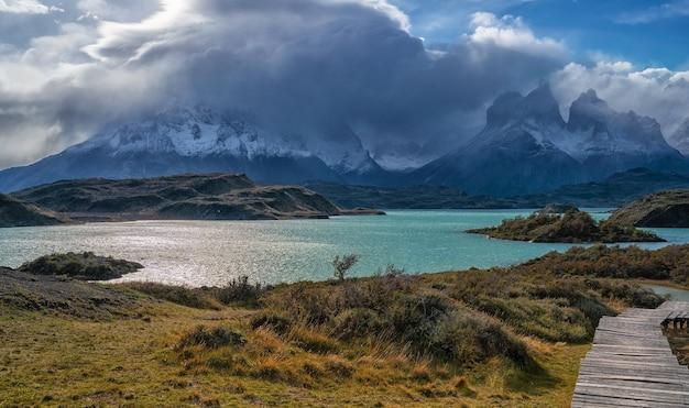 Paisagem com o lago del pehoe no parque nacional torres del paine, patagônia, chile.