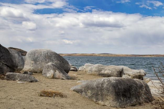 Paisagem com o lago e as montanhas grandes de chebachie.
