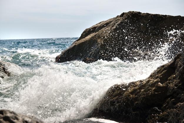 Paisagem com pedras e mar