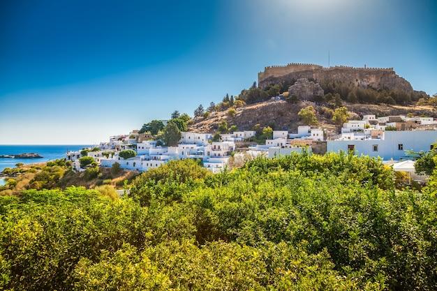 Paisagem com pequenas casas brancas e a antiga acrópole em lindos, ilha de rodes, grécia