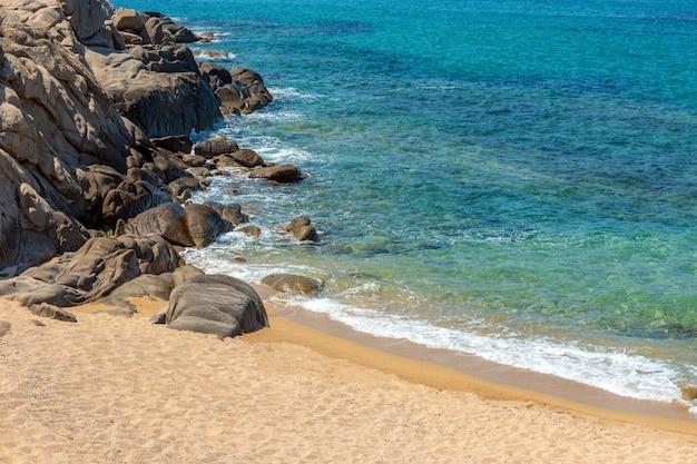 Paisagem com praia, mar e lindas nuvens no céu azul