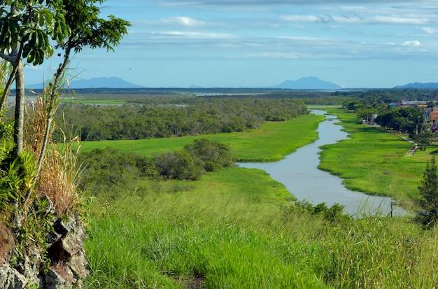 Paisagem com rio e colinas azuis no fundo. cidade de iguape, litoral sul de são paulo, brasil
